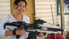 Helyes lány nagy puskával kép