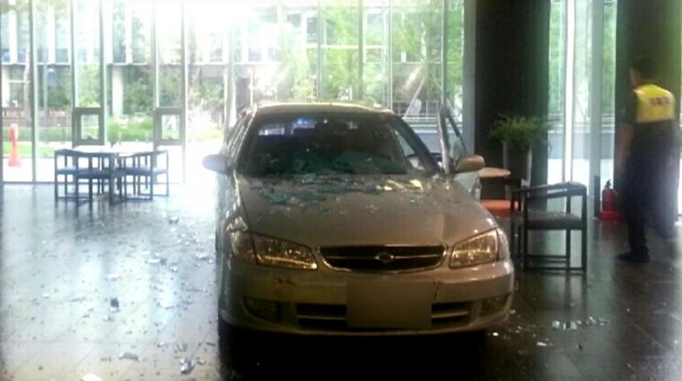 Napi büntetés: a dühödt játékfüggő autóval rontott be a Nexon épületébe bevezetőkép