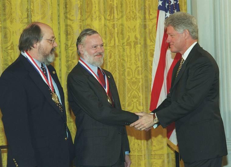 Dennis Ritchie és Ken Thompson, a C++ kifejlesztői megkapták 1990-ben az IEEE Richard W.  Hamming Medal kitüntetést, majd 1999-ben a National Medal of  Technology elismerést is.