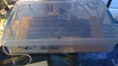 Műanyag ételhordóba bújtatott 8-bites számítógép kép