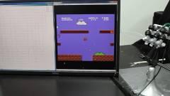 Sikerült egy robotkézzel végigjátszani a Super Mario Bros. első pályáját kép