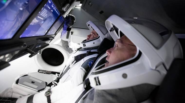 Karanténba vonultak az űrhajósok, akik először repülnek SpaceX űrhajóval kép