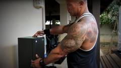 Az önfényezés csúcsa, amikor Dwayne Johnson Xbox Series X-es bárhűtőből tankol fel saját energiaitalából kép