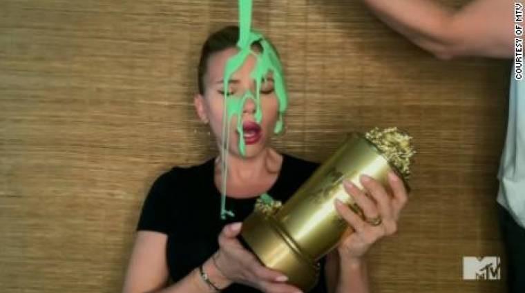 Scarlett Johanssont zöld trutymóval öntötték nyakon, miközben köszönőbeszédet mondott bevezetőkép