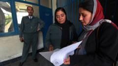 Mobilon tanulnak írni/olvasni az afgán rendőrnők kép