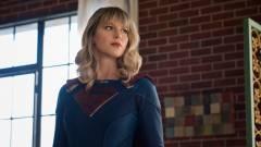 Supergirl is szögre akasztja a köpenyét kép