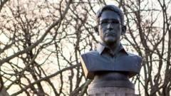Egy napig volt látható Edward Snowden szobra kép