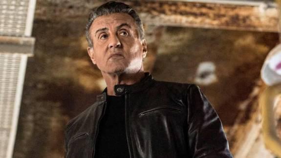 Sylvester Stallone több kultikus filmjének kellékeit is elálverezik kép