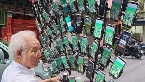 Már 64 telefonnal tolja a Pokémon GO-zó nagypapa kép