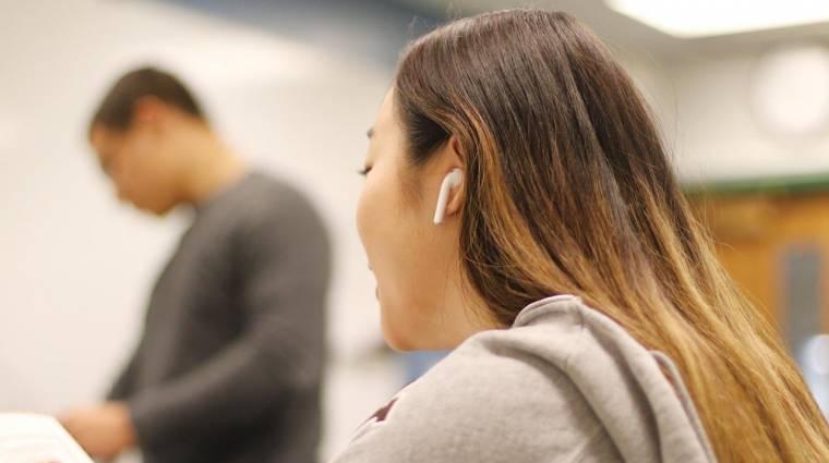 Így lehet vezeték nélküli fülessel titokban sugdolózni óra alatt kép
