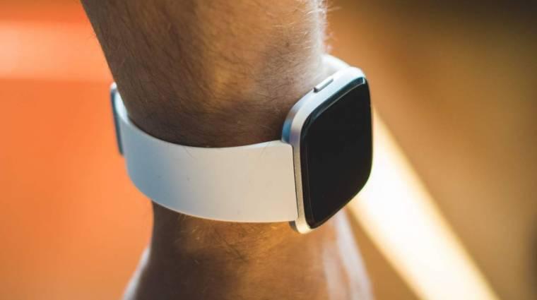 Horkolást felismerő funkcióval bővül hamarosan a Fitbit kép