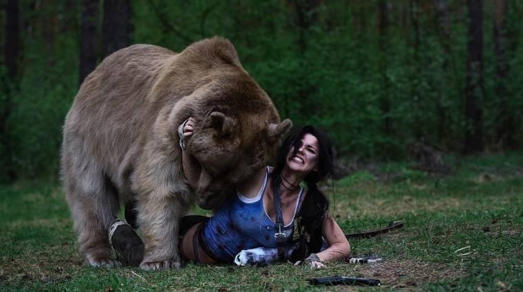 Ez a Lara Croft cosplayer egy valódi medvével birkózott a képekért bevezetőkép