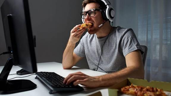 A játékosok jelentős többsége eszik vagy iszik játék közben kép