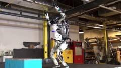 Ilyet még nem láttunk: szaltózik a robot! kép
