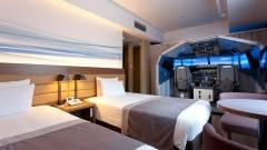 Ebben a hotelszobában egy életnagyságú repülőgép szimulátor is van kép