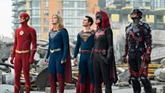 A Végtelen Világok Krízise előzetesében végtelen szuperhős egyesíti az erejét kép