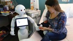 Robotsegítség az orvos mellett kép