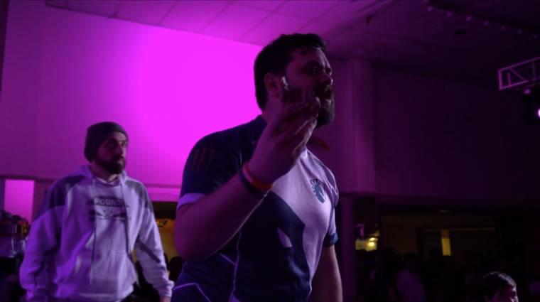 Valaki egy döglött rákot vágott egy Super Smash Bros. Melee verseny győzteséhez bevezetőkép
