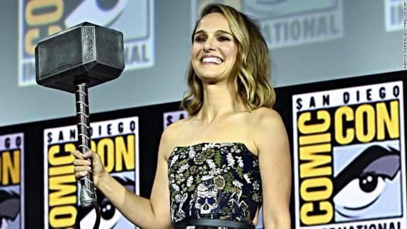A Thor: Love and Thunder forgatásáról kikerült fényképeken feszít a kigyúrt Natalie Portman kép