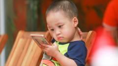 A hároméves gyerekek fele már okostelefont használ kép