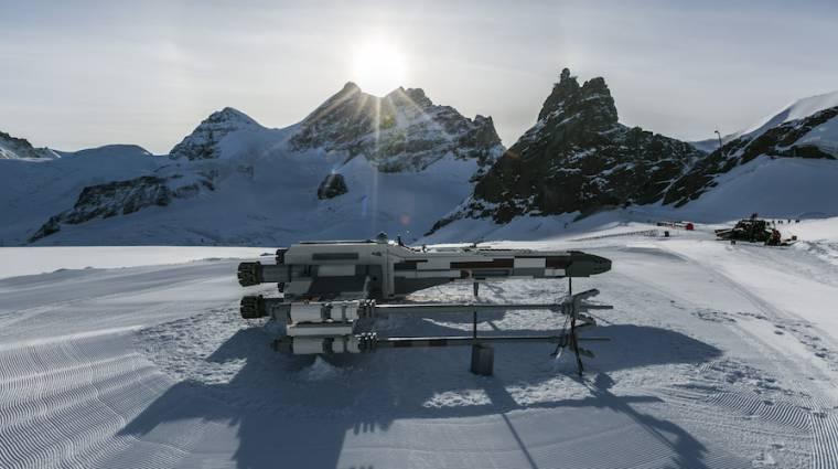 Egy 10 méter hosszú LEGO X-szárnyút építettek a svájci Alpokban bevezetőkép