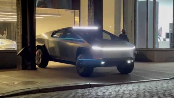 Elon Musk már Cybertruckkal csapatja New Yorkban kép