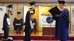 Egy japán egyetemen távirányítós robotokkal tartottak diplomaosztót kép