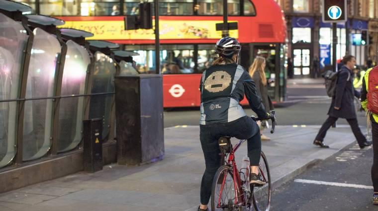 Előzöl? Túl közel jössz? Emojival üzen a biciklis kabát háta kép