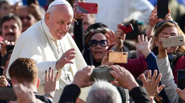A pápa imádkozik, hogy a mesterséges intelligencia az embereket szolgálja kép