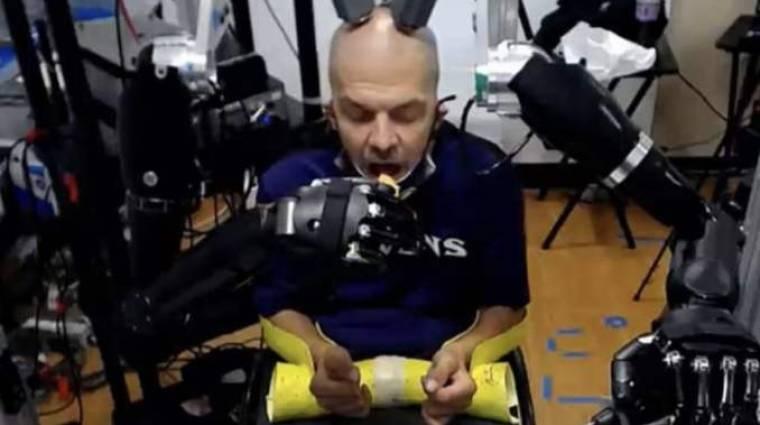 Agyvezérelt robotkarral is lehet ám piskótát enni kép