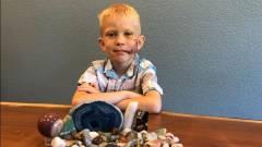 Szuperhősök üzenetei árasztották el ezt a hősies kisfiút kép