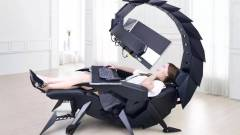 Itt a skorpió formájú gamerszék, ami három monitort is belógat elénk kép