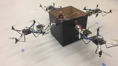 Vezérlőrendszer segíti több drón együttműködését a nehéz csomagok szállításához kép