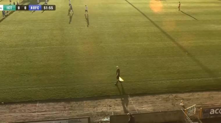 Labdának nézte a kopasz partjelző fejét az MI, emiatt viccesen alakult a focimeccs közvetítése kép