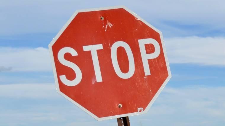 Ezért imádják az emberek a STOP táblás kereszteződést mutató livestreamet kép