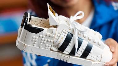 Ilyen tényleg van: itt a hivatalos LEGO Adidas cipő fókuszban