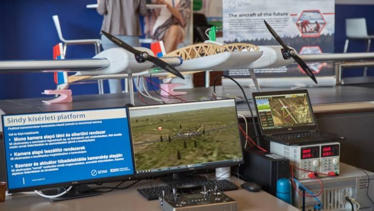 Rajzoló robot, önvezető autó és a repülés jövője kép