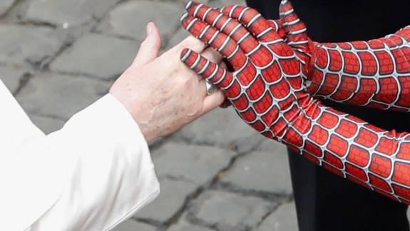 Nem vicc, Pókemberrel is találkozott a pápa kép