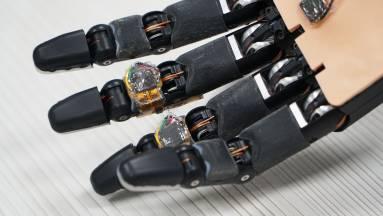Az intelligens habanyag önjavító képességet ad a robotkéznek kép