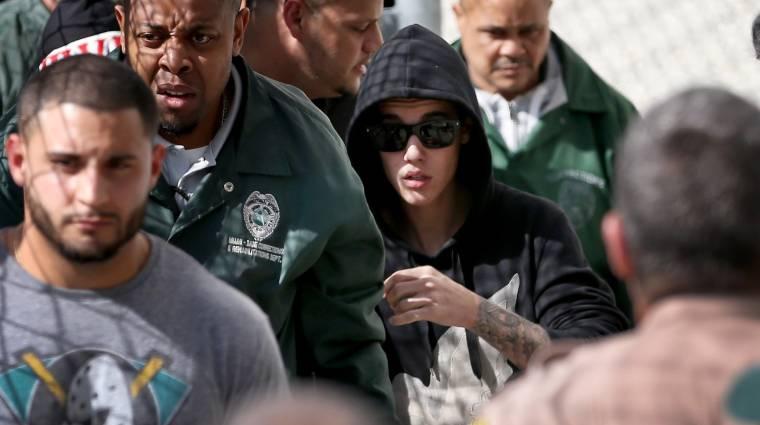 Több mint százezren követelik Justin Bieber kiutasítását kép