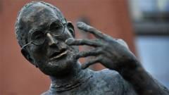 Ez a Steve Jobs-szobor kerül az Apple központja elé kép