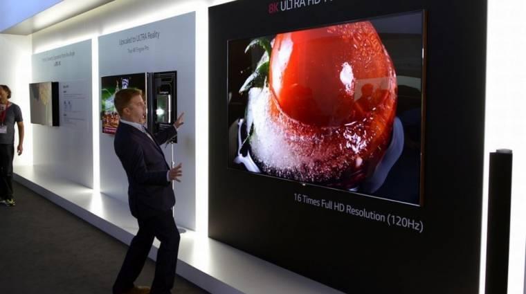 8K-s tévét mutogat az LG kép