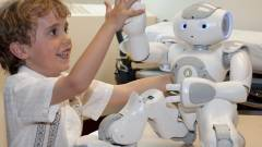 Gyerekek gyógyításában segít MEDi, az orvosi robot kép