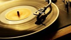Bakeliten zenél a Tesco kép