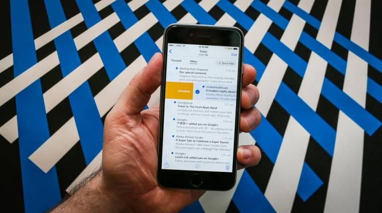 Egy iPhone-on demózta az Outlookot a Microsoft kép