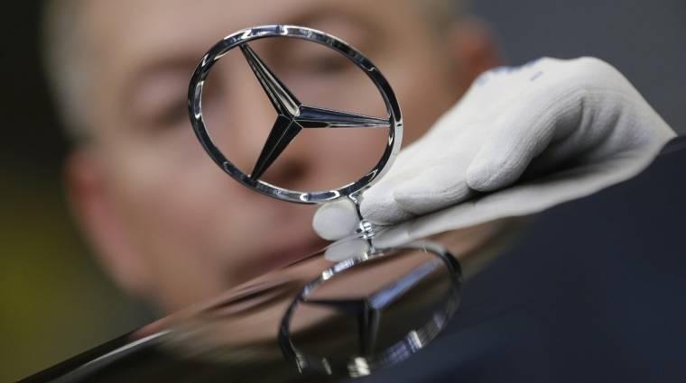 A Mercedesnél emberek veszik el a robotok munkáját kép