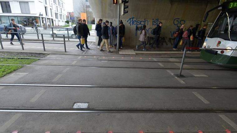 Járdába épített vészfényekkel kísérletezik Augsburg kép