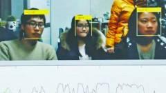 Arcfelismeréssel figyeli az unatkozó diákjait egy professzor kép