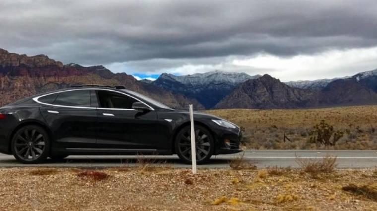Így ragad egy Tesla a sivatagban kép