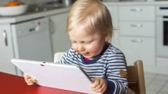 Kevesebbet alszanak a tabletező gyerekek kép